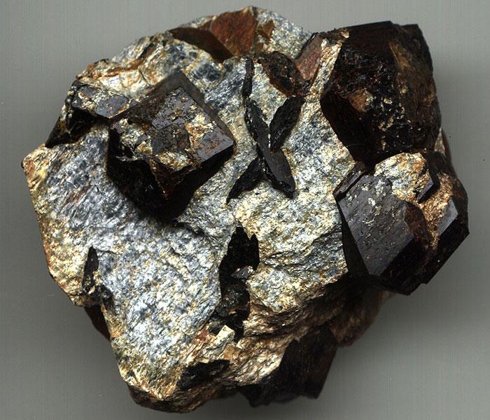 Свойства камня ставролит – применение в медицине